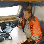 Radioamatööri juttelee maapallon kokoisessa pöydässä