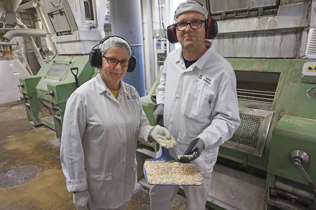 Hiutalemyllärit Merja Techtolin ja Teemu Saltbacka ovat arvostettuja erikoisammattilaisia, joiden hyppysissä on kaurahiutaleen valmistaminen.