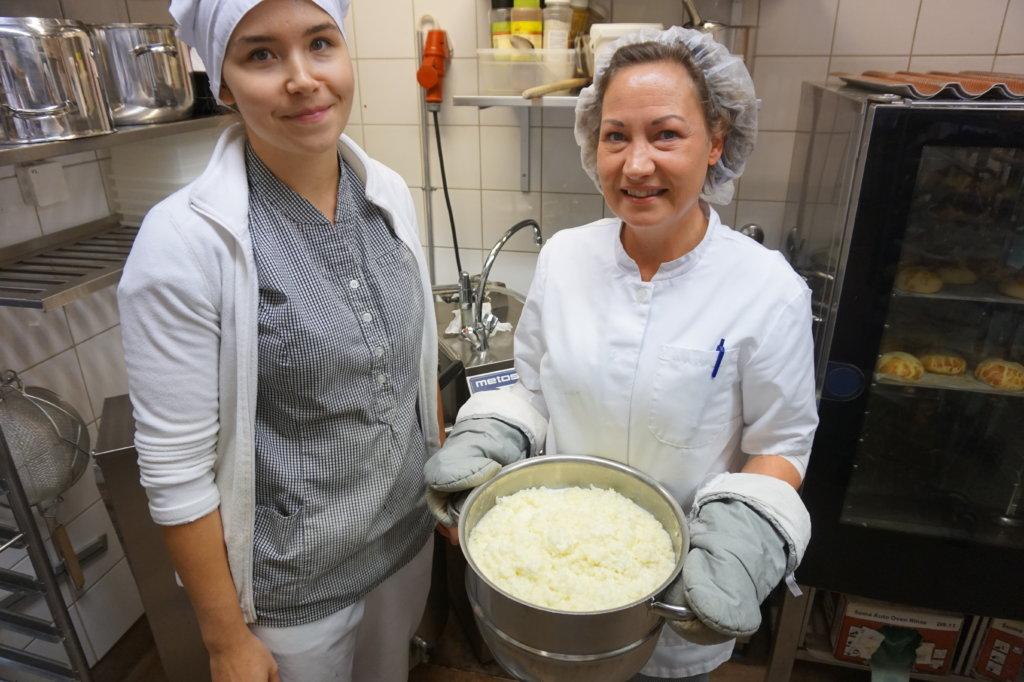 Leipurit Petra Soini ja Veera Heikkilä ovat ammattilaisia puuron hauduttajina. Amurin Helmessä työskentelevät leipurit valmistavat eri puuroja päivittäin. (Kuva: Matti Pulkkinen)