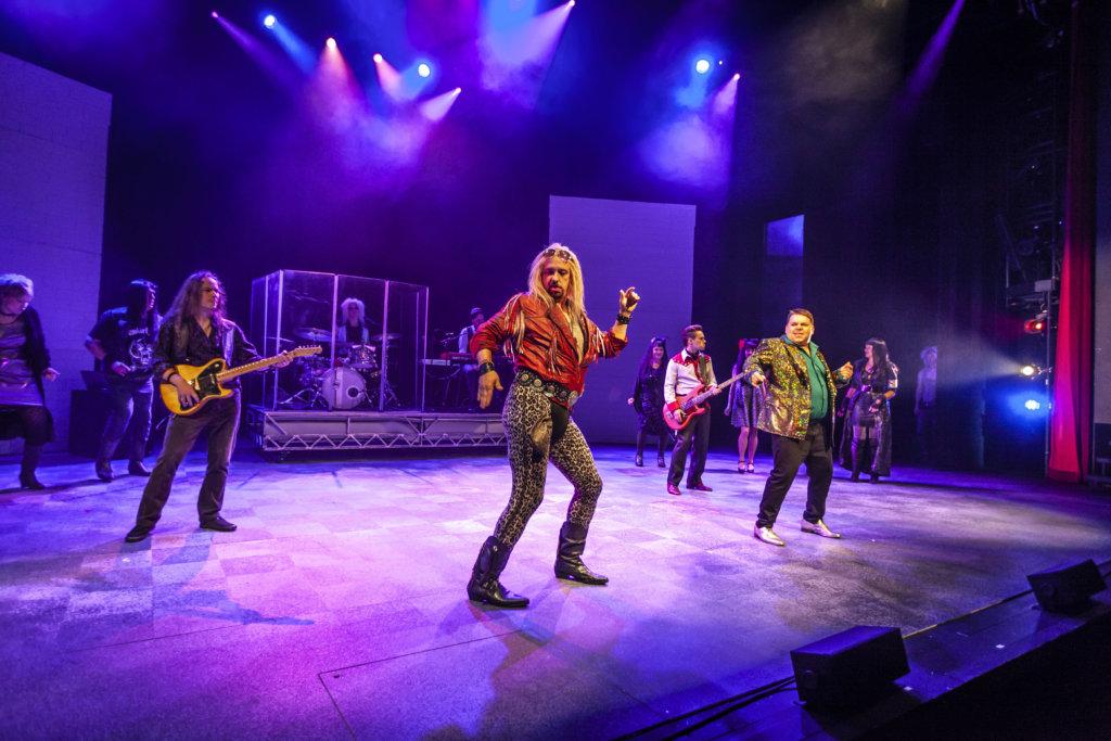 Muusikko-näyttelijä Sami Hintsasen mukaan nimenomaan teatteri on tärkeä taiteenmuoto, koska siinä näyttelijät ja yleisö kohtaavat aidosti toisensa. Hintsanen ammentaa elämänlaatua Akaan rauhallisissa maisemissa. (Kuva: Hämeenlinnan Teatteri)