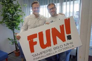FUN Tampere on manselaisten oma radiokanava. Valtteri Kujansuun (vas.) mukaan Ratikkaradio on oiva esimerkki paikallisradion palvelualttiudesta. Kimmo Hoivassilta sanoo kasvukaupungin tarjoavan loputtomasti kiinnostavia radiojuttuaiheita.