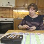 Näkövammainen Raija Leppänen kuuntelee Akaan Seutua ja pelaa pasianssia