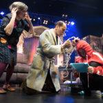 Erinomainen käsikirjoitus ja etevä näyttelijäntyö tekevät Avustetusta itserakkaudesta teatterin suuren tapauksen