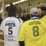 Jani Vehka-ahon vaatekaapista löytyy harvinaisuus – 30 vuotta sitten pikkupoika yllätti ensin KuPS-Volleyn ja sitten KuPS-Volley pikkupojan