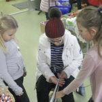 Käsityökoulu Silmun oppilaat opettivat Lankariehassa pirtanauhojen kutomista