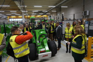 Vihreät kuormaajat jatkavat maailmanvalloitustaan. Torstaina peräti 55 toimittajaa eri maista tutustui Ylöjärvellä Avant Tecno Oy:n tehtaaseen ja tuotteisiin. (Kuva: Matti Pulkkinen)