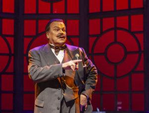 Helmikuun 24. päivänä 70 vuotta täyttävä näyttelijä Hannu Huuska esiintyy parhaillaan Hämeenlinnan teatterin Kahvi mustana -näytelmässä. Huuska tekee salapoliisi Hercule Poirotin roolin. (Kuva: Hämeenlinnan teatteri)