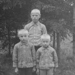 Suomi-konepistoolin keksijä Aimo Lahti räjäytti mummon oven suuhun – Oskari Viitanen kuvasi veljekset Viialassa 1900-luvun alussa