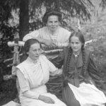 Oskari Viitasen pihastudion rekvisiittana oli koivuklapeja – tunnistatko kuvissa olevia henkilöitä 1900-luvun alun Viialasta?