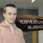 Isak Peltola nukkui ylioppilaskirjoituksista huolimatta hyvin – Matematiikan sähköisessä kokeessa Akaan lukion abi hahmotteli tehtäviä ensin paperille