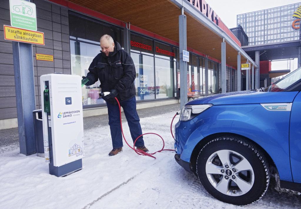 Kalle Riihikosken mukaan sähköauton lataaminen ei tuota hänelle tuskaa. Sähköautoilija lataa ajokkinsa akut pääsääntöisesti kotonaan. Ylöjärvellä on Kauppakeskus Elon pihassa vapaasti käytössä oleva latauspiste. (Kuva: Matti Pulkkinen)
