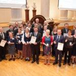 Akaalaiset maitotilalliset Seija ja Mikko Sintonen palkittiin kultamitalilla
