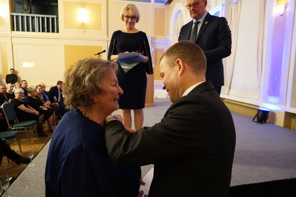Raija Isotaloa muistettiin Kokoomuksen Juhlamitalilla. (Kuva: Matti Pulkkinen)