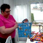 Tiina Mäkelä ompelee kestositeitä kehitysmaiden tytöille – Vapaaehtoistyötä tekevä akaalainen ostaa lahjoitustuotteita omilla rahoillaan