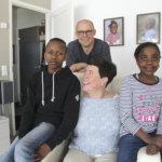 Saarisen perheessä on äitienpäivänä tuplajuhlat – Eija ja Juha kohtasivat esikoisensa eteläafrikkalaisessa lastenkodissa toukokuussa 2008