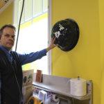 Viialan S-market sai defibrillaattorin – Laitteen käyttöä ei tarvitse pelätä