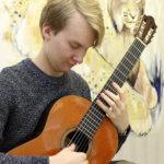 """Kasperi Leponiemi sai kansainvälisestä kitarakilpailusta hopeaa – """"Vapaapäivinä harjoittelen soittamista kuutisen tuntia"""""""