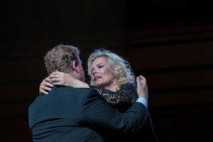 Sopraano Camilla Nylund kosketti voimakkaasti yleisöään Sieglinde-roolillaan. Suomalainen laulajatar lauloi itsensä Müpan yleisön sydämeen. (Kuva: Müpa)