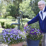 Ihan pihalla: Vanhan talon pihalla yhdistyvät kukkaloisto ja ruokakasvien viljely – Papan ja mummon marjankeruuhetki ikuistettiin netin karttapalveluun kymmenen vuotta sitten
