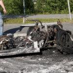 Mopoauto paloi aamuöisenä soihtuna mustaksi muhjuksi Viialan keskustassa – katso video palopaikalta