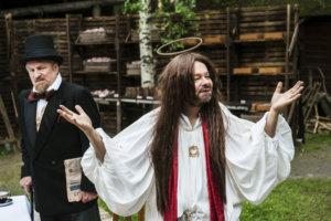- Tää on niin tätä, Jouni Marjasen esittämä Jeesus käy toteamassa muutaman kerran Omatunto-näytelmässä. (Kuva: Liina Makkonen)