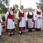 Kansallispukujen tuuletuspäivässä esiteltiin lähes 40 pukua