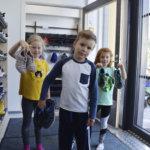 Kylmäkosken koulun liikuntasali on lasten suosikki – Katso kuvista, miten innoissaan ekaluokkalaiset tutkivat koulun huoneita!
