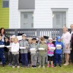 """Ekaluokkalaiset aloittivat lukuvuoden vastaanottamalla tervetulleen lahjoituksen Viialan yhtenäiskoululle – """"Saaks noi omaks?"""""""