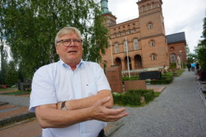 Muun muassa Akaassa, Lempäälässä, Pälkäneellä ja Ylöjärvellä toimii vireät kotiseutuyhdistykset. 70 vuotta täyttänyt Suomen Kotiseutuliitto on suosittu keskus- ja kattojärjestö sekä edunvalvoja, sillä sen jäsenmäärä kasvaa koko ajan. Pirkanmaan ääntä Suomen Kotiseutuliiton hallituksessa käyttää entinen kuntajohtaja ja lehtiammattilainen Jorma Hämäläinen, jonka kolmas kotiseutu löytyi Sastamalasta. (Kuva: Matti Pulkkinen)