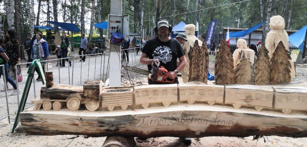 Ylöjärveläinen moottorisahataiteilija Juha Käkelä on edennyt erinomaisesti kuusimetrisen Siperian yöjuna -luomuksensa kanssa.