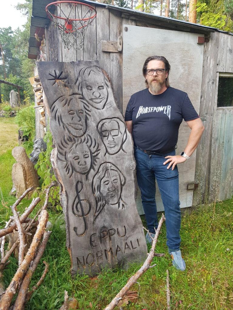 Juha Käkelä on mieltynyt Eppuihin. Tämän luonnoksen taiteilija teki, kun hän valmisti pari vuotta sitten Eppu-veistoksen Ylöjärven Uutisille. (Kuva: Matti Pulkkinen)