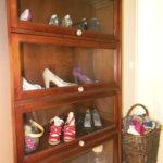 Tähän jenkkivitriiniin Susanna Paananen kokoaa vanhat kenkänsä.
