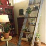 Vanhat navetan rappuset toimivat kukkatelineenä olohuoneessa.