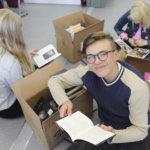 Ruskeista pahvilaatikoista paljastui luettavaa Viialan yläkoululaisille – animeharrastaja ihastui sarjakuva-Kalevalaan