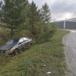 Katso kuvat: Volvo-kuski kolaroi Viialassa ja jatkoi matkaansa kunnes ajoi mutkassa pihalle – Nainen vietiin puhalluksen jälkeen putkaan