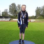 Julia Suolaniemi hyppäsi kolmiloikassa uuden piirinennätyksen – Valtin ja Vauhdin nuoret urheilijat toivat seitsemän mitalia Turusta