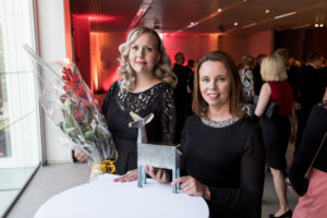 Tampereen yliopiston Silmäryhmän johtaja, professori Heli Skottman ja tutkijatohtori Anni Mörö vastaanottivat sunnuntai-iltana vuoden 2019 Pirkanmaan palkinnon. He saivat tunnustuksensa merkittävistä lääketiteellisistä innovaatioistaan, kuten silmän sarveiskalvon tulostamisesta elävistä soluista 3D-biotulostimella ensimmäisenä maailmassa. (Kuva: Rami Marjamäki)