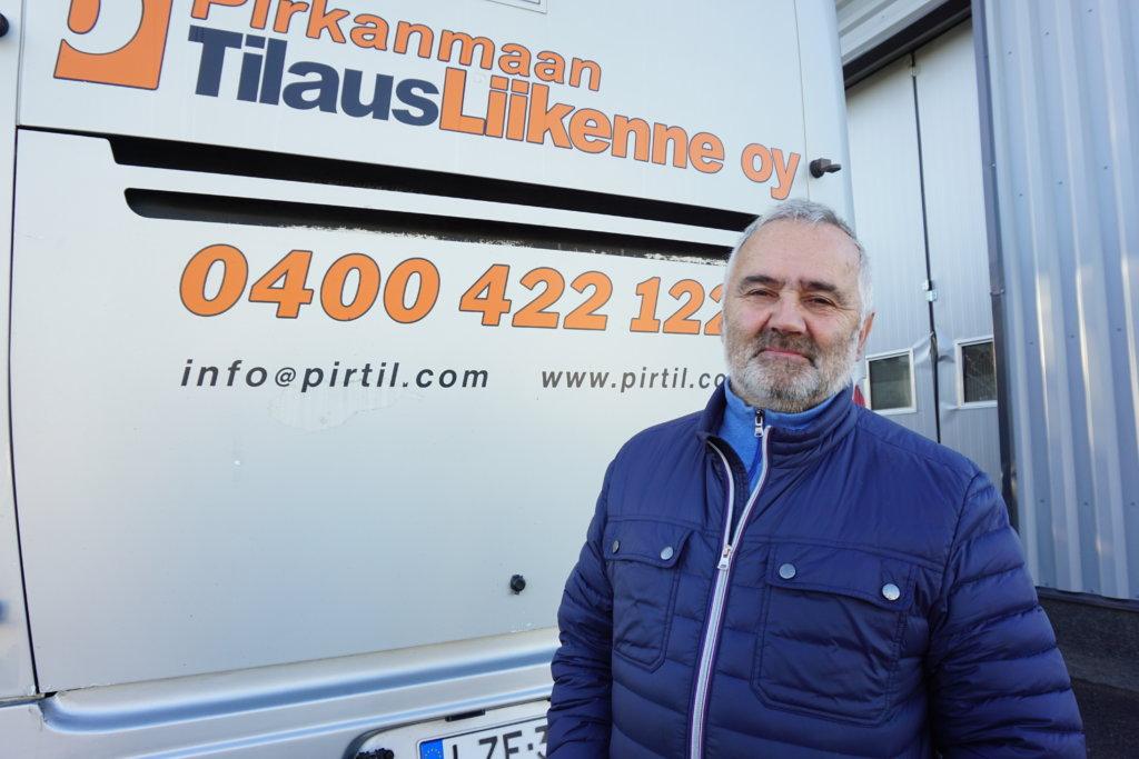 Yrittäjä Pertti Johansson vetoaa valtiovaltaan, että se käynnistäisi kiireellisesti kuljettajakoulutuksen joissakin ammattioppilaitoksissa. Työntekijäpula on krooninen ja vahingollinen. (Kuva: Matti Pulkkinen)
