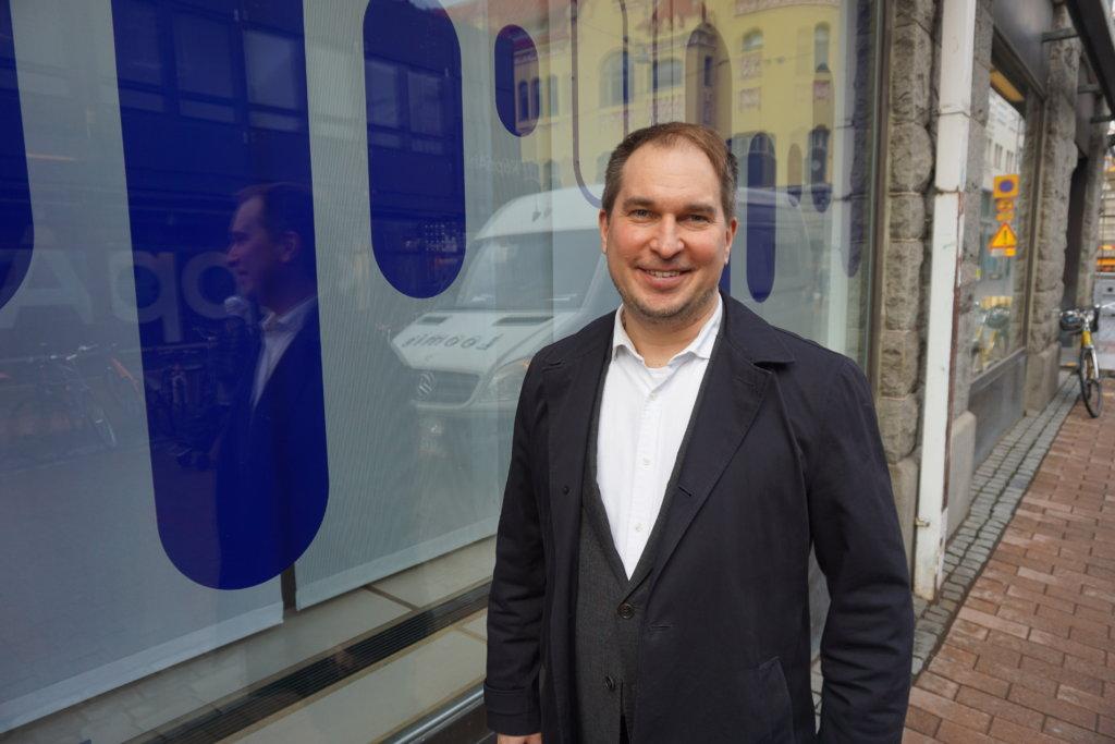 Nordean Tampereen toimipaikan johtaja eli Pirkanmaan aluejohtaja Tomi Tulonen, 43, vakuuttaa pankkinsa palaavan rytinällä pirkanmaalaisten yhteistyökumppaniksi. Hänen tavoitettaan maakunnassa on toteuttamassa kaiken kaikkiaan 165 nordealaista. (Kuva: Matti Pulkkinen)