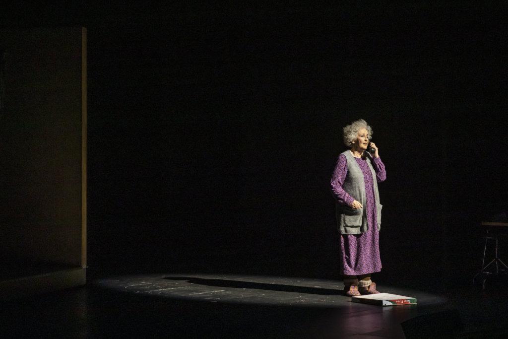 Tuija Vuolle pääsee elementtiinsä Madaamit-komediassa Hämeenlinnan Teatterissa. Vuolle ammentaa rooliinsa sisältöä niin omasta äitiydestään kuin omasta äidistään. Vuolteen mukaan Hämeenlinnassa nähdään hurja äiti. (Kuva: Hämeenlinnan Teatteri)