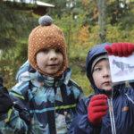 Ekaluokkalaiset tekivät tutkimusretken Tillihaan metsään – Hämähäkin supersakset pelastivat puuhun juuttuneen perhosen