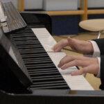 Instrumentin soittaminen pitää aivot vireessä – Kuntien tulisi tukea nuorten musiikkiharrastuksia