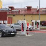 Tavallisten autojen ajaminen on liian kallista – Sähköauton hankintatuesta eivät hyödy muut kuin rikkaat