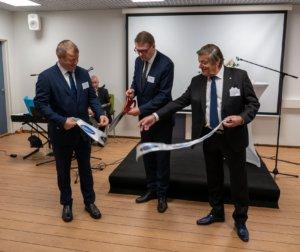 Eduskunnan puhemies Matti Vanhanen leikkasi nauhan merkiksi siitä, että moderni kalasavustamo on otettu käyttöön. Vanhasta avusti kalatalousneuvos, yrittäjä, toimitusjohtaja Veijo Hukkanen (oik.).