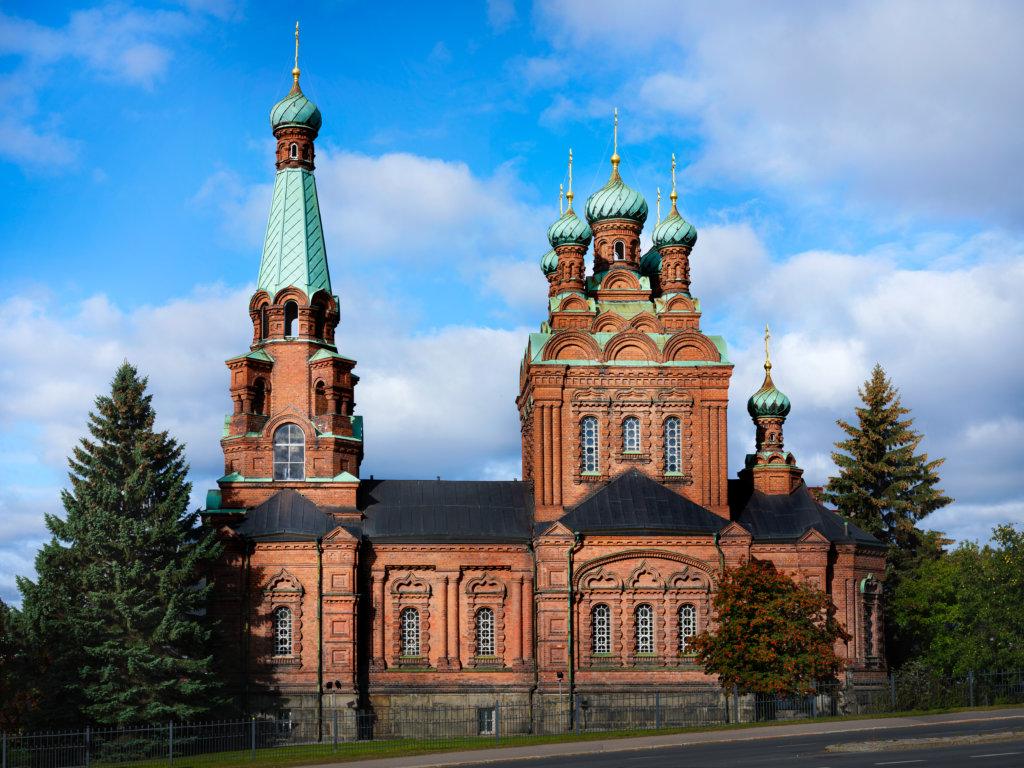 Kirkko on ristinmuotoinen ja edustaa uusbysanttilaista kirkkoarkkitehtuuria. (Kuva: Sami Reivinen)