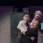 Teetä vaikka väkisin -komedia irrottaa varmat naurut Viialan teatterissa