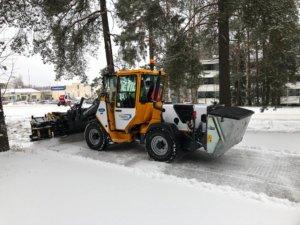 Pirkanmaan Plushuolto Oy on ostanut tontin Siltatien yrityspuistosta. Yrittäjä Markus Ojala kertoo, että tontille nousee 400 neliötä lämmintä tilaa ja 200 neliötä kylmää tilaa. Siellä pidetään muun muassa työkoneet. Kuvassa Jaana Järvinen testaa uutta konetta ensilumien aikaan.