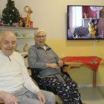 Kaarnatuvan asukkaat katsovat Suomi-filmejä uudesta 55-tuumaisesta lahjoitustelevisiosta – 60 vuotta sitten kuntalaiset lahjoittivat talolle Celestonin