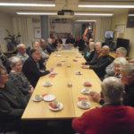 Eläkeläispoliisit kokoontuivat kammarille kahvittelemaan – Puheissa pyörivät vuosikymmenten takaiset keikat