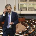 Kansanedustaja Pauli Kiuru odotti täysistuntoa keskiviikkoaamuna hiljaisessa eduskuntatalossa – Valmiuslaki hyväksyttiin iltapäivällä yksimielisesti